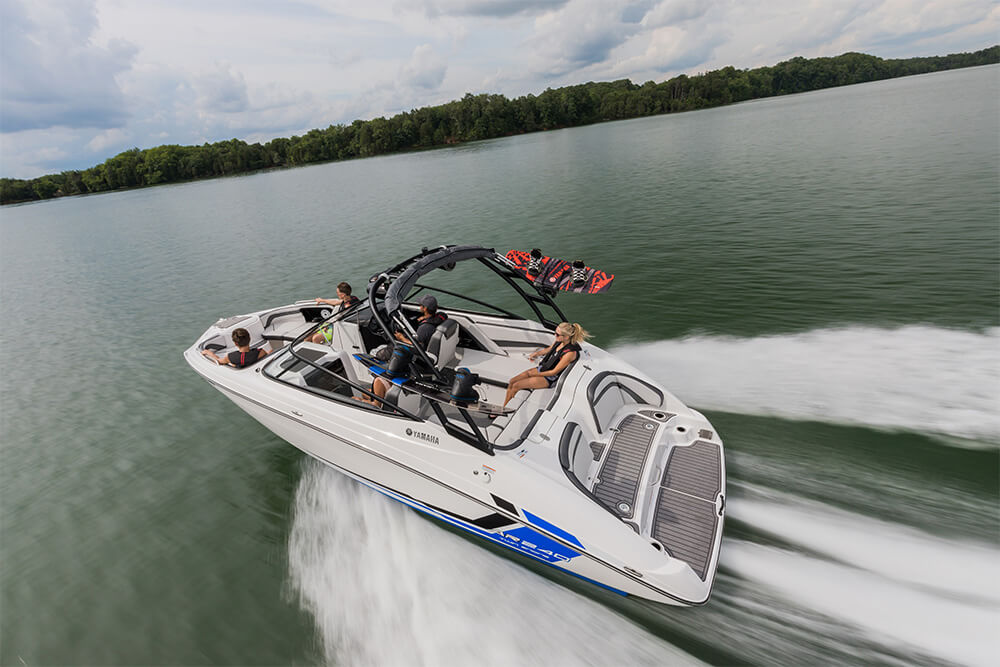 yamaha-boats-ar240-2018-white-crusing-lake