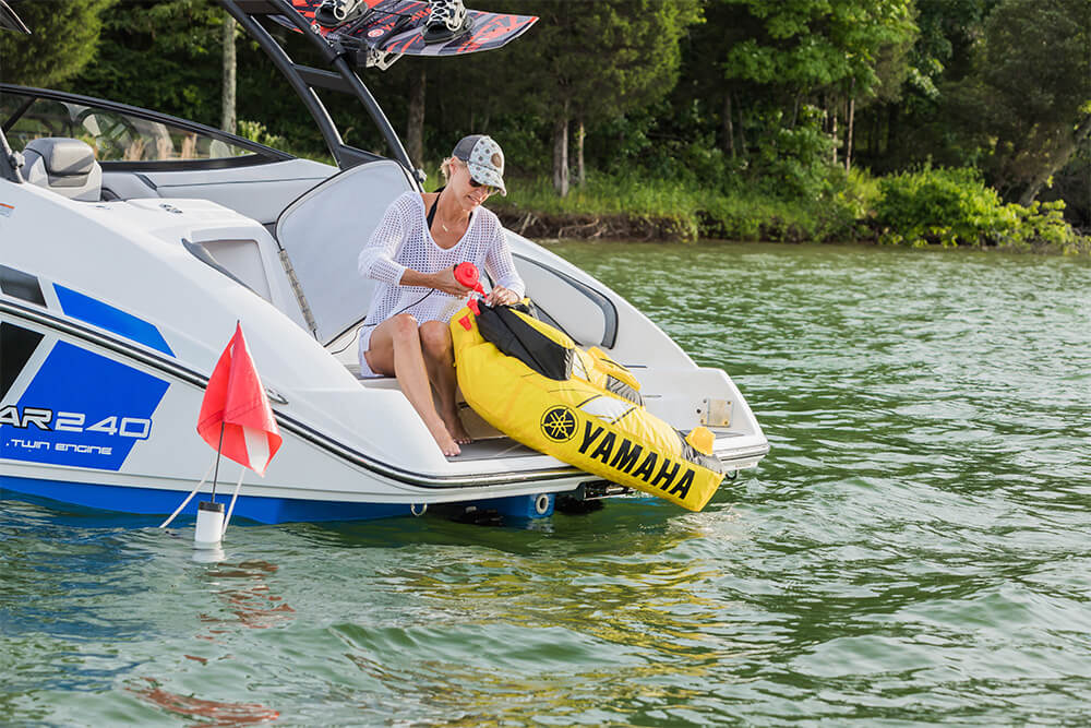 yamaha-boats-ar240-2018-white-tube-swimplatform