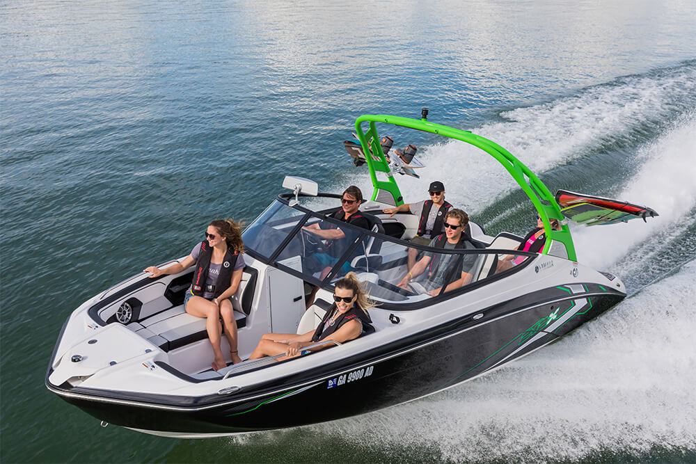 yamaha-boats-212x-2018-black-crusing-bow
