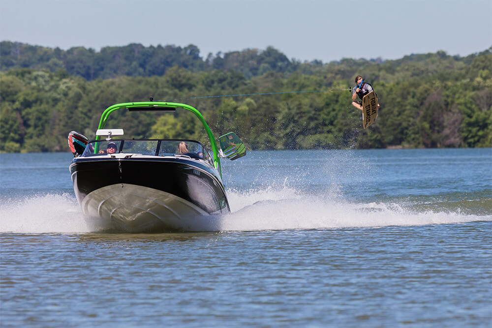 yamaha-boats-212x-2018-black-green-bow-wakeboarding